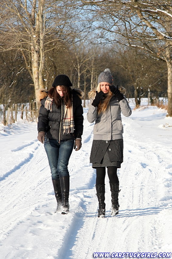 ZIMA - Page 5 2_girls_snow_stuck_002