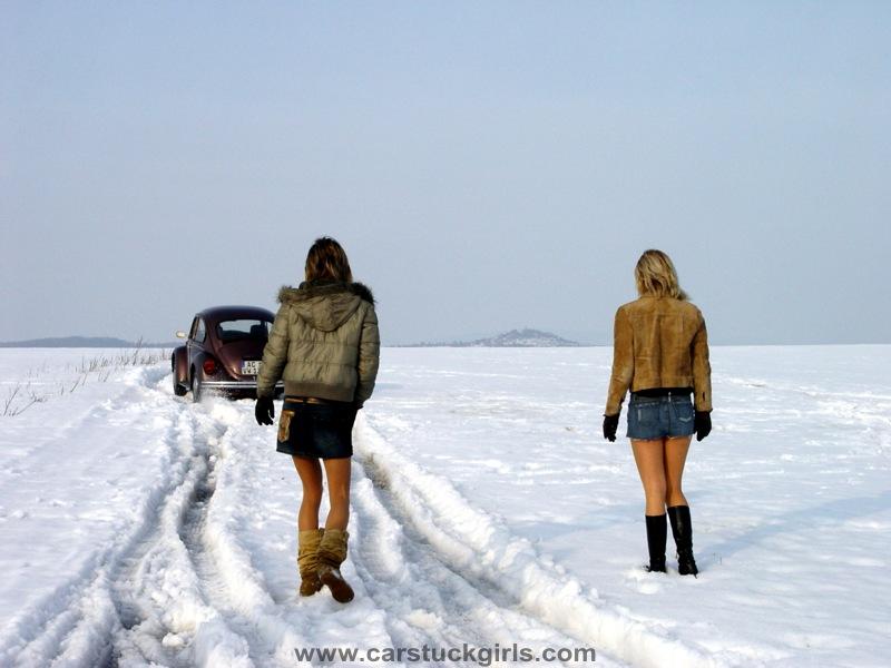 ZIMA - Page 5 3_sexy_girls_vw_bug_snow_stuck_007