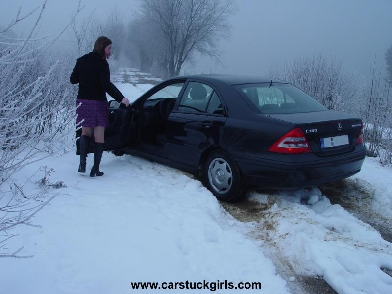 Autocommesimagesblonde car stuck girl in snow jpg pictures for Mercedes benz snow chains