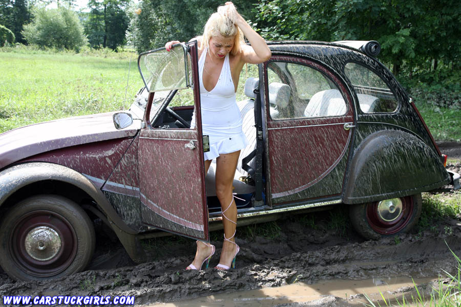citroen_2cv_ente_stuck_mud_wet_grass_008.jpg